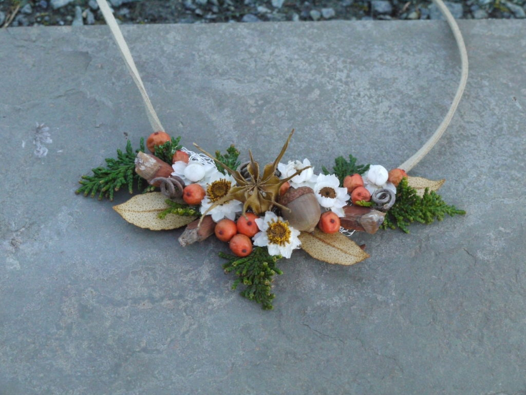 flower jewelry class sample features dried flowers and berries
